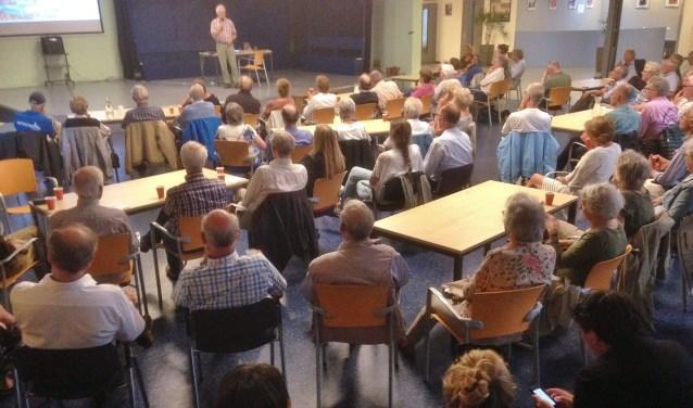 Ongeveer honderd belangstellenden kwamen om te luisteren naar de drie sprekers die vanuit hun eigen expertise ingingen op het onderwerp vliegen. | Foto PR