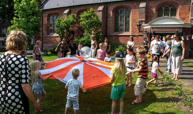 De tuin van de Dorpskerk leent zich uitstekend voor kinderactiviteiten. Archieffoto: J.P. Kranenburg