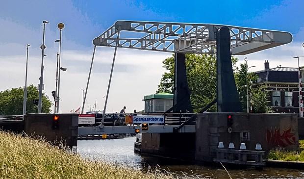 Nu gaan er nog auto's over de Spanjaardsbrug, maar daar wil de gemeente Leiden een einde aan maken.