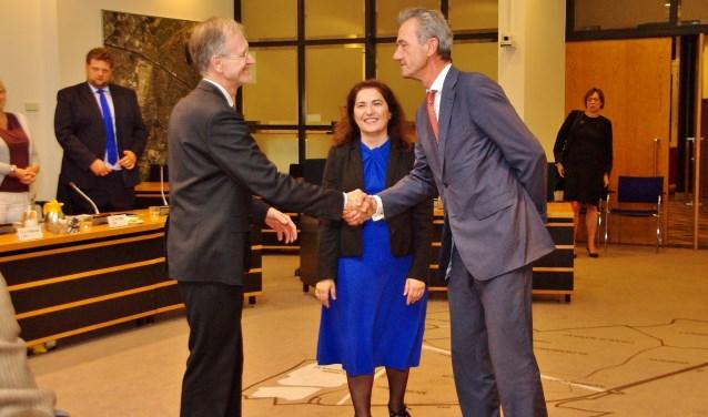 Wethouders Jan Nieuwenhuis en Matthijs Huizing feliciteren elkaar. Wethouder Huri Sahin kijkt lachend toe. | Foto Willemien Timmers
