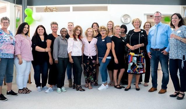 Ook burgemeester Laila Driessen (4e van rechts) bezocht de open dag van het WoonZorg Initiatief Leiderdorp. Geheel rechts staan eigenaar Feiko Abma en verpleegkundige Annemarie de Vries. | Foto: J.P. Kranenburg