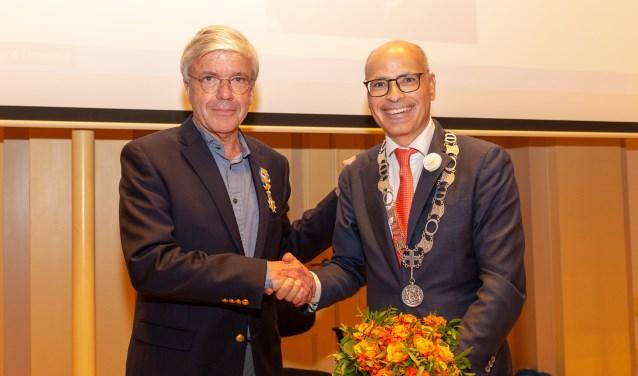 Burgemeester Emile Jaensch feliciteert Cees Brenkman met zijn Koninklijke Onderscheiding. | Foto Wil van Elk
