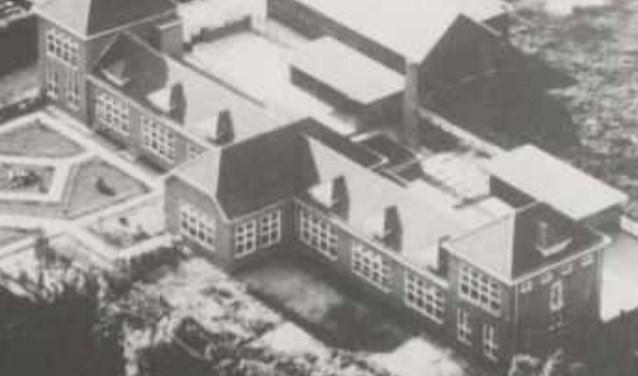 Een luchtfoto van de school, gemaakt na de bouw in 1930.