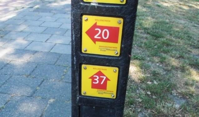 Een wandelknooppunt met het nummer van de paal en pijltjes naar de volgende knooppunten. | Foto: Nico Groen