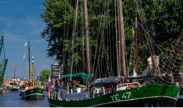 Grote historische schepen varen Leiden binnen.
