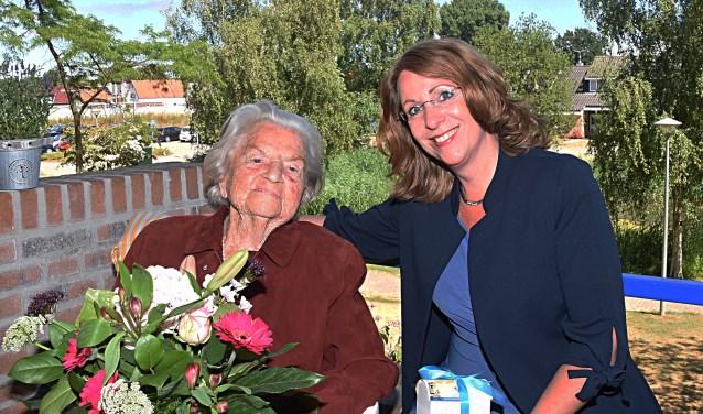 Burgemeester Carla Breuer feliciteert mevrouw Van Reisen met haar honderdste verjaardag. | Foto: PvK