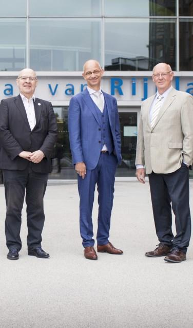 Waldo von Faber (in het midden) voor het gebouw van het Hoogheemraadschap van Rijnland.