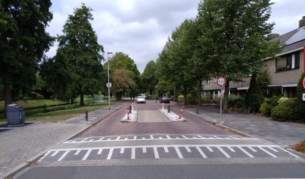 Een auto rijdt door de Van der Marckstraat in de richting van de Vronkenlaan. Sinds vanochtend mag dat weer.