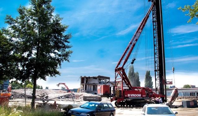 Terwijl de laatste restjes van de ROC gebouwen nog worden gesloopt, gaan de eerste palen voor de nieuwbouw de grond in. | Foto: J.P. Kranenburg