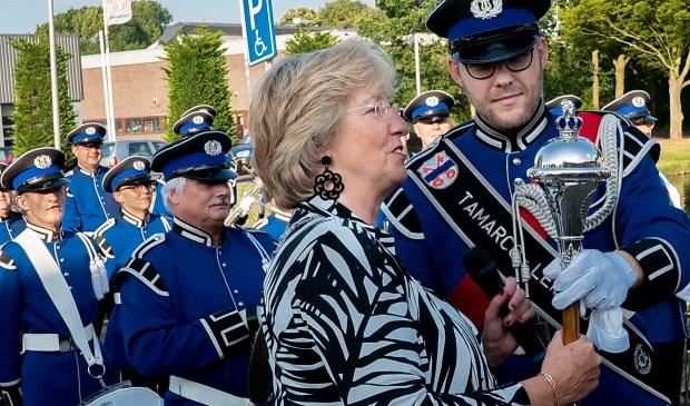 Burgemeester Laila Driessen overhandigde de mace aan tambour-maître Nils van der Fits.