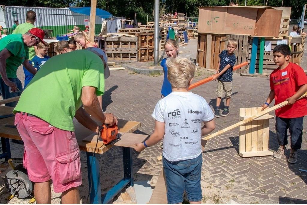 Het werk met de zaagmachine werd gedaan door vrijwilligers.  Foto: Johan Kranenburg © uitgeverij Verhagen