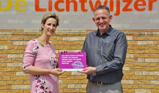 Directeur Ans de Graaf neemt het bordje in ontvangst van Peter de Vries. | Foto Willemien Timmers