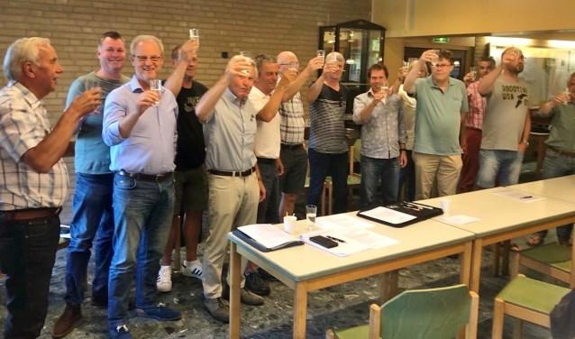 Leden brengen een toost op FC Oegstgeest. | Foto PR