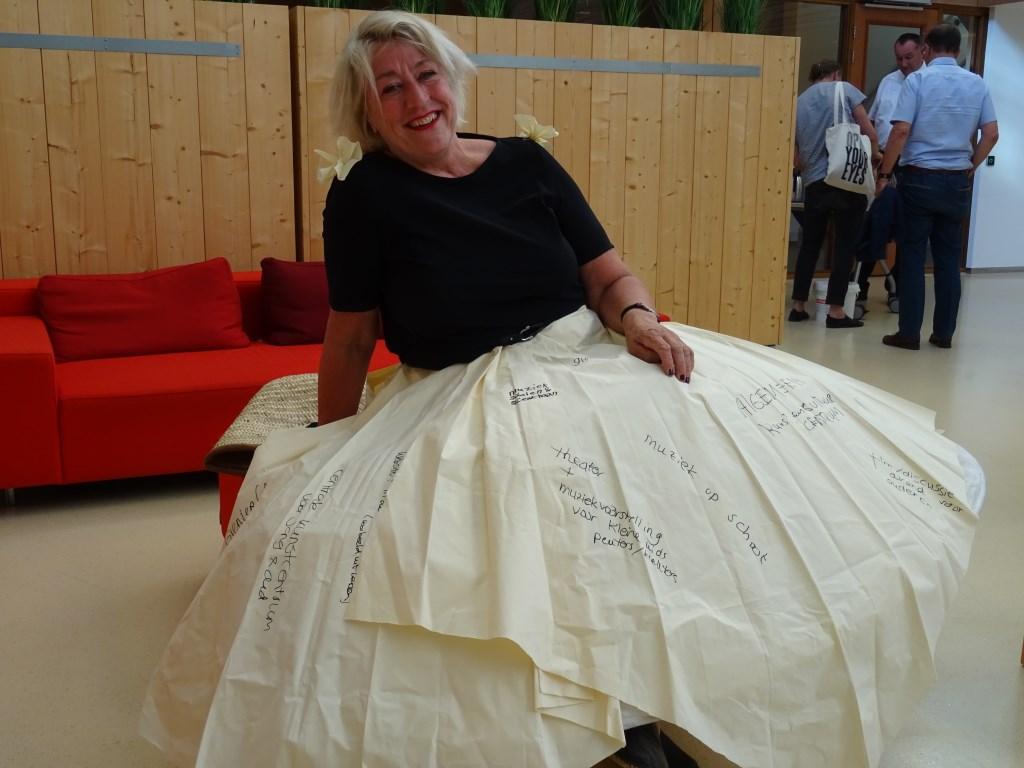 Hélène Kok had voor de gelegenheid een bijzondere rok aan, die op 5 mei door Leiderdorpse burgers volgeschreven is met wensen voor kunst en cultuur in het dorp.   © uitgeverij Verhagen