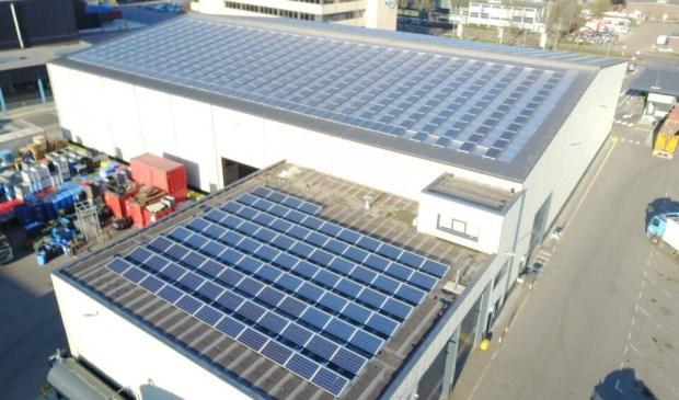 Op de zuidelijke dakhelften van de twee grote recyclinghallen en de garage van Reniwi Zoeterwoude liggen ruim 1.200 zonnepanelen.