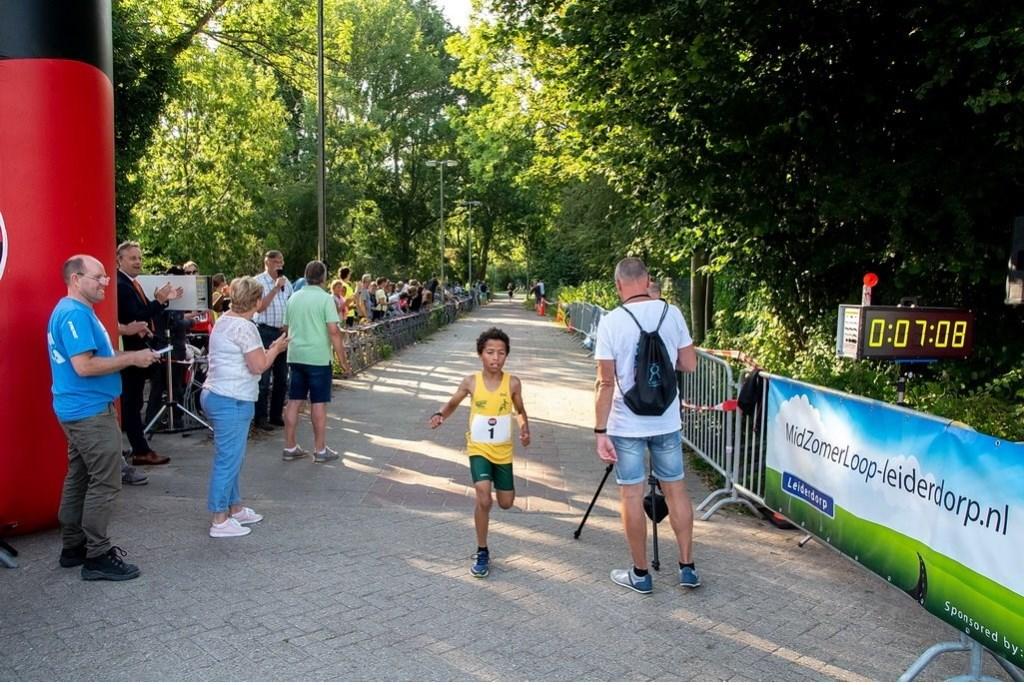 Bij de jongens kwam de met startnummer 1 getooide Sergio Koeiman als eerste over de finish.  Foto: Johan Kranenburg © uitgeverij Verhagen