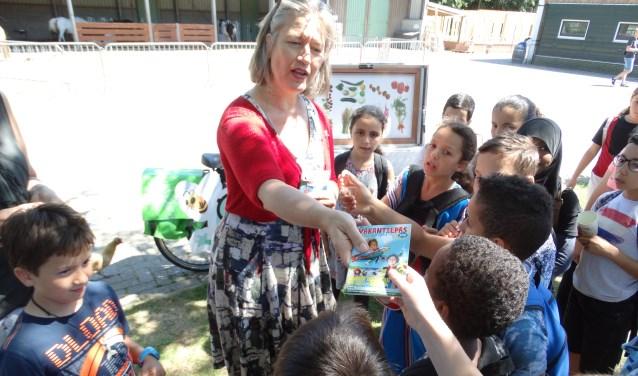 De Leidse wethouder Martine Leewis heeft donderdag 5 juli een 'Natuurlijke' VakantiePas uitgereikt aan groep 6 en 7 van de Merenwijkschool bij Kinderboerderij Merenwijk in Leiden.