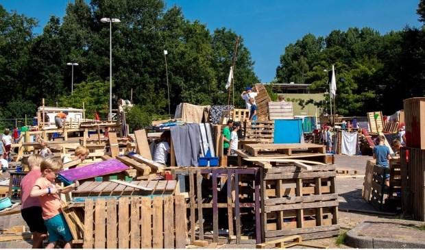 Het huttendorp op de parkeerplaats van De Bloemerd.   Foto: Johan Kranenburg © uitgeverij Verhagen