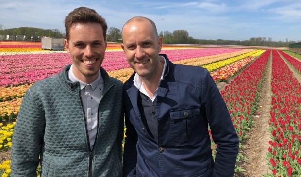 Presentator Johan Overdevest fietst in aflevering 2 samen met weerman Maurice Middendorp (l) door de Bollenstreek. | Foto: pr.