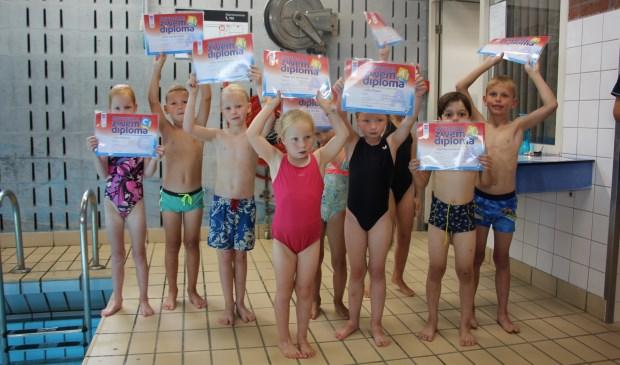 De afzwemmers met hun diploma.   Foto: pr.