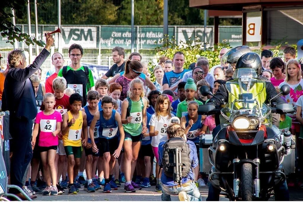 Sportwethouder Willem Joosten schiet de Kidsrun weg. Foto: Johan Kranenburg © uitgeverij Verhagen