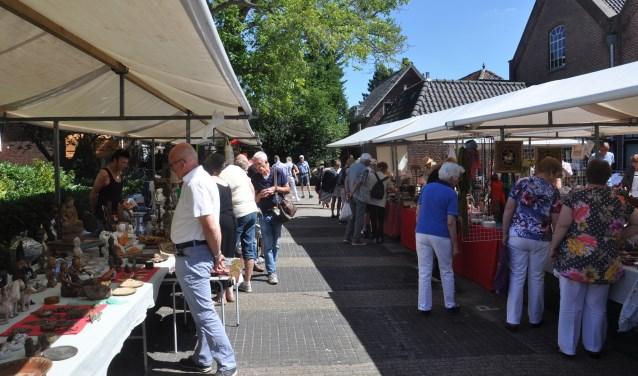 Servies, kunst en sieraden; ook dit jaar is weer van alles te koop bij de curiosamarkt.   Foto: pr.