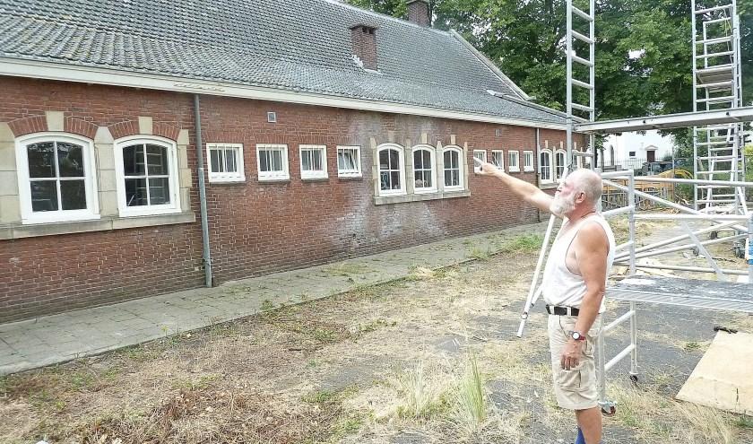 Wout Ruigrok wijst naar het deel dat qua dakbedekking grond werd aangepakt. | Foto en tekst: Arie in 't Veld