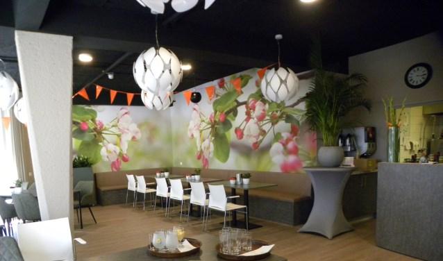 De kleine zaal aan de kant van de Vliet heeft een vrolijk en fleurige uitstraling gekregen.   Foto: CvdS.