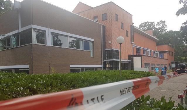 Het afgezette Poortgebouw. | Foto Politie Leiden-Noord / Facebook
