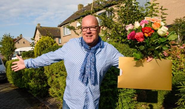 Als Gaston aanbelt, is dat bijna altijd met goed nieuws. In Warmond maakt hij vier inwoners blij met de straatprijs. | Foto: pr./Roy Beusker Fotografie
