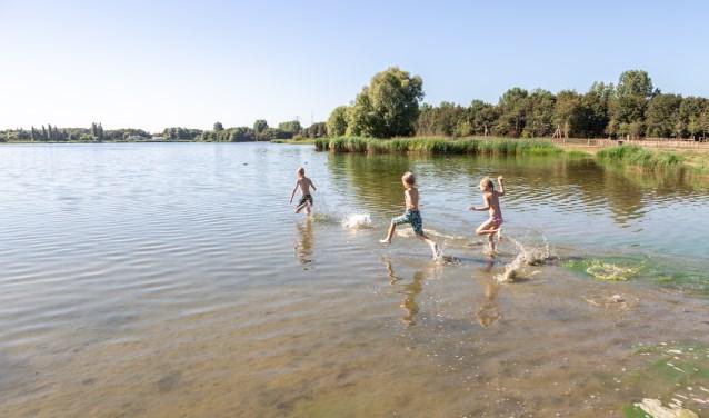 Kinderen rennen maandagochtend een laatste keer het water van de Klinkenbergenplas in. Hun moeder besloot om naar het strand te gaan.