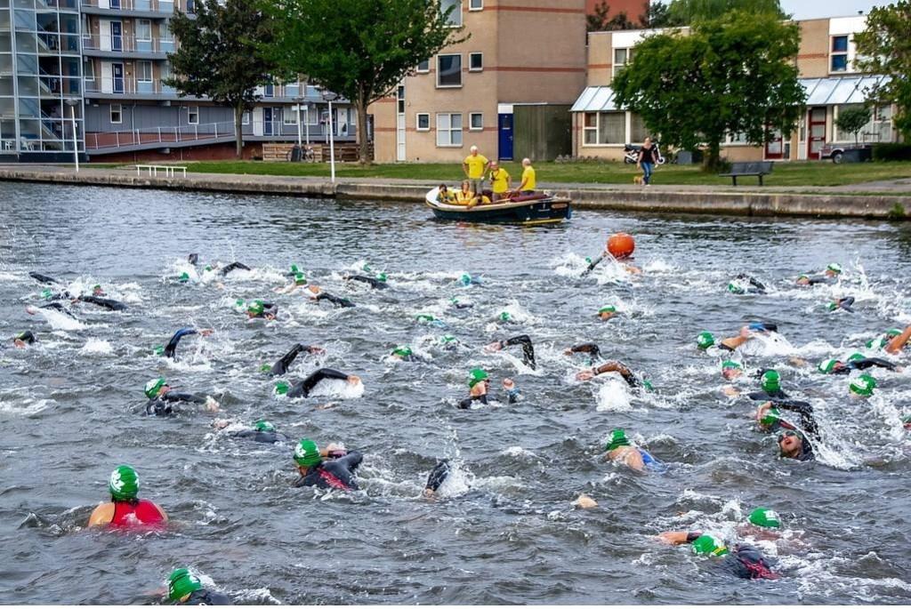 De eerste meters van de 2.500 die de middenafstanders moesten zwemmen.   Foto: Johan Kranenburg © uitgeverij Verhagen