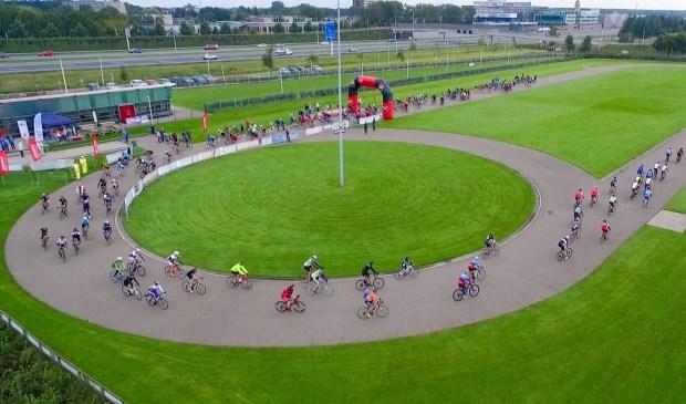 De dikkebandenrace wordt gehouden op de skeelerbaan van de Vereniging IJssport Leiderdorp.