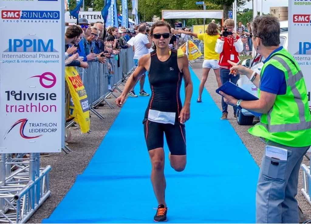 De eerste vrouw op de Sprint, Diede Diederiks uit Rotterdam, komt over de finish.