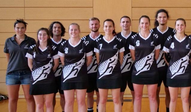 Manon Wiegerink (l) is bondscoach van het Nieuw-Zeelands korfbalteam. | Foto: pr.