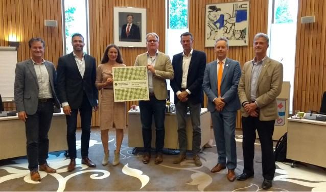 Enkele wethouders ontvangen de nominatie uit handen van Heleen Groot, directeur van Aan de Slag. | Foto: pr.