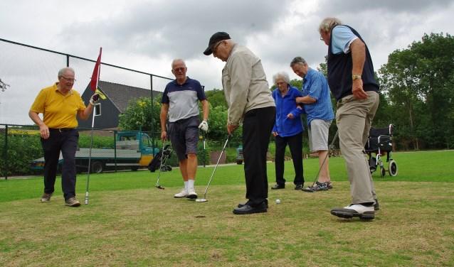 De oudere gasten hadden veel plezier in het golfspel. | Foto Willemien Timmers