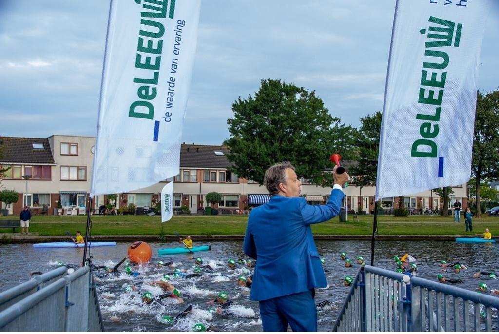 Zondagochtend 8.30 uur. Sportwethouder Willem Joosten schiet de Middenafstand weg.  Foto: Johan Kranenburg © uitgeverij Verhagen