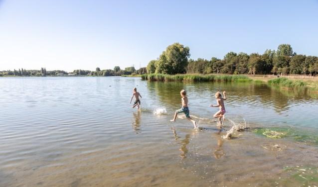 De kinderen renden nog een keer het water in. Hun moeder besloot om naar het strand te gaan. | Foto Wil van Elk