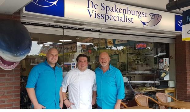 V.l.n.r. Bart Bos, Frederick van Emstede en Bertus Bos voor de deur van De Spakenburgse Visspecialist.