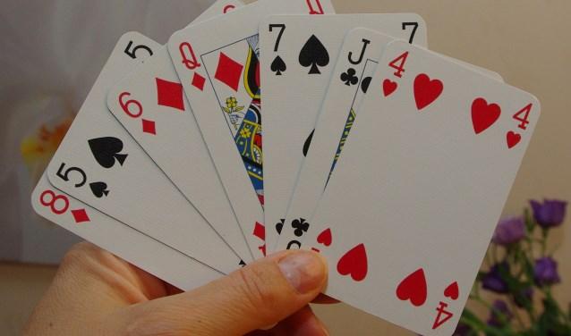 Spel kaarten op houten tafel u stockfoto strelok