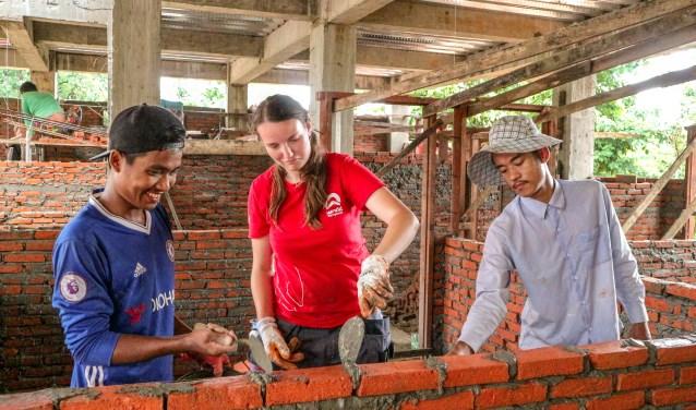 Alieke Freeke helpt mee met het metselen aan dokterswoningen in Myanmar. | Foto Sanne van der Meij