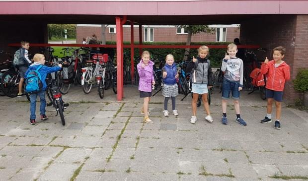 Deze kinderen zijn te voet of op de fiets naar school gekomen.