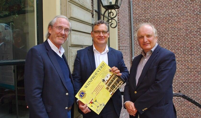 Twee Lions overhandigen een poster aan Jan-Willem Besselink. | Foto Willemien Timmers