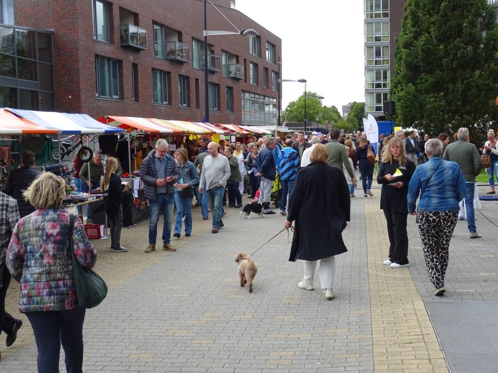 100 kramen stonden opgesteld langs de Laan van Berendrecht Foto: Corrie van der Laan  © uitgeverij Verhagen