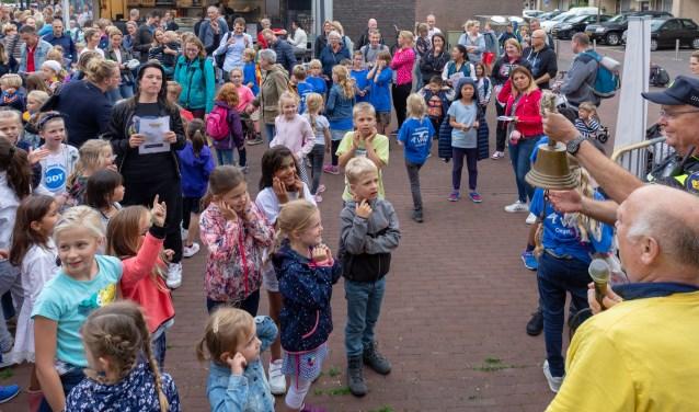 Sommige kinderen hielden wijselijk hun oren dicht toen wijkagens de Henk Heemskerk Startbel luidde. | Foto Wil van Elk