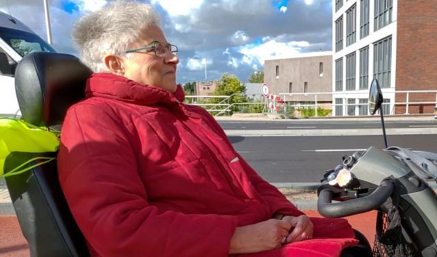 Voor scootmobielrijdster mevrouw Keesenberg uit Leiderdorp is het nu erg lastig in de Leidse Merenwijk te komen. | Foto: J.P. Kranenburg