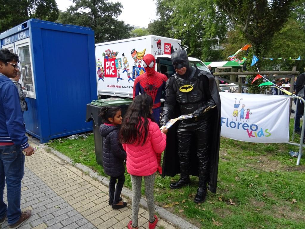 Kinderen ontmoeten Batman en Spiderman  Foto: Corrie van der Laan © uitgeverij Verhagen