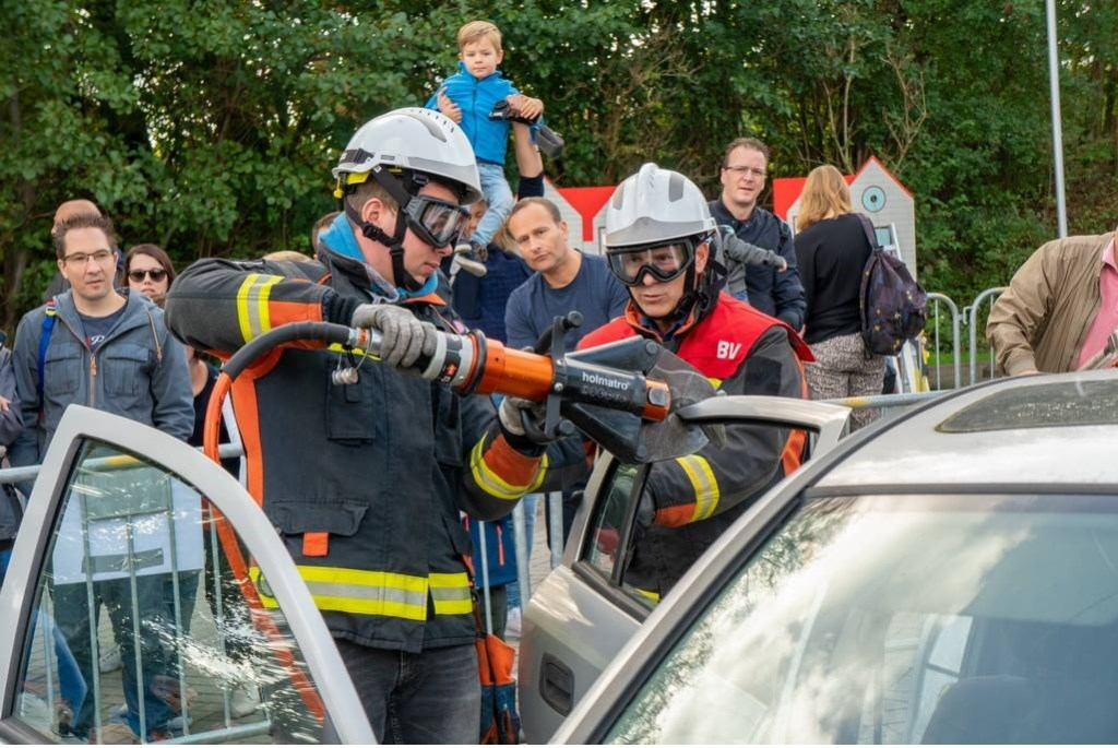 Een auto wordt opengeknipt om een 'slachtoffer' te bevrijden.  Foto: Johan Kranenburg © uitgeverij Verhagen