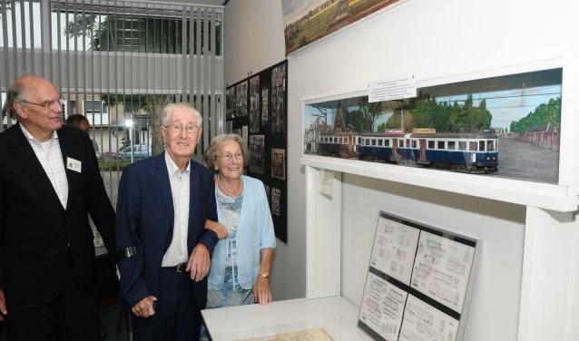 De heer en mevrouw Spruit bij door Cor Spruit gemaakte replica van de Blauwe Tram. | Foto: PR